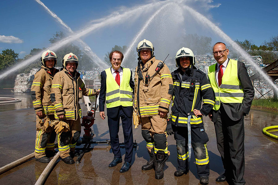 Hans Roth/Saubermacher, Gerald Wonner/Berufsfeuerwehr Graz (beide in der Mitte), Gerhard Ziehenberger/Saubermacher (ganz rechts) mit einigen Florianis, Fotorechte: Saubermacher/Scheriau