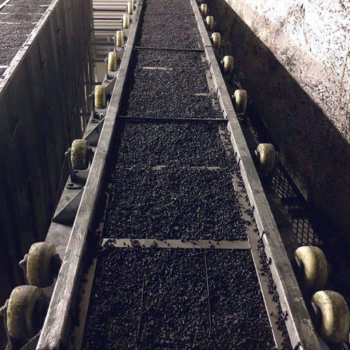 Eine speziell aufbereitete Aktivkohle wird in Form von zylinderförmigen Pellets zwischen zwei Filterwände mit Lochblechen an den Vorder- und Rückseiten gefüllt. Für eine optimale Luftströmung sind die einzelnen Wände angeschrägt in W-Form positioniert.
