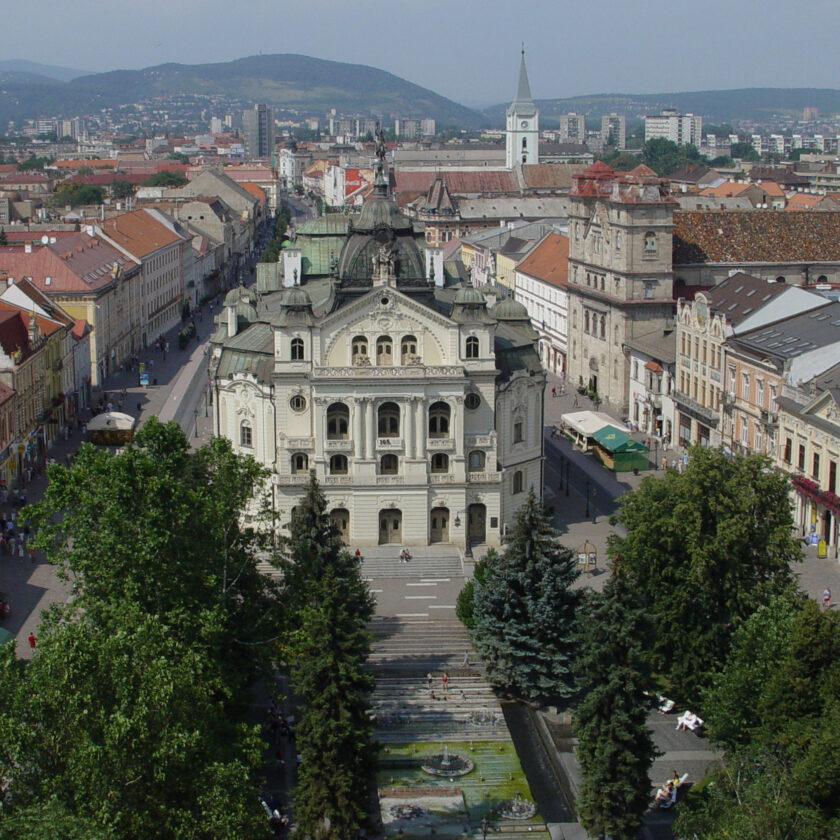 Foto: Kosice, State Theatre and Main Street - Copyright: Maros M r a z