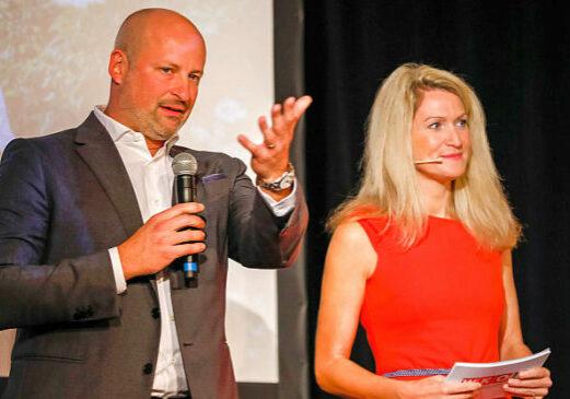 Foto: Fachgruppenobmann DI Thomas Kasper eröffnete gemeinsam mit Moderatorin Olivia Peter die Preisverleihung des Skarabäus 2021. © Wirtschaftskammer Niederösterreich, Christian Husar