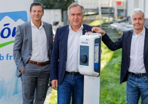 Foto: Martin Wagner, Geschäftsführer VERBUND Energy4Business GmbH; Josef Simon, Vorstand Produktion & Technik der NÖM AG; Alfred Berger, Vorstand Marketing & Verkauf der NÖM AG - © Verbund