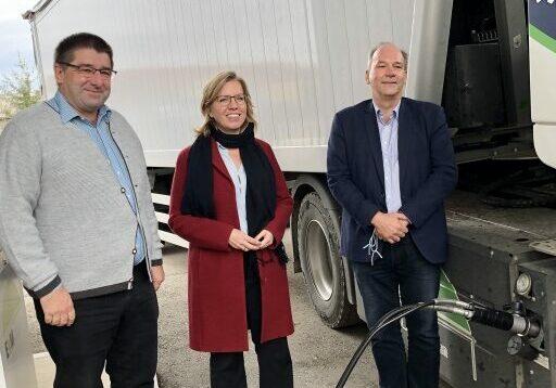 BILD zu OTS - Klimaschutzministerin Leonore Gewessler flankiert von den beiden MiteigentŸmern der EVM Biogasanlage Fritz Schwarz (li.) und Stefan Malaschofsky, beim Betanken eines Iveco Gas-LKW mit Biogas