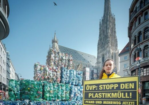 Foto: Plastikberg vor dem Wiener Stephansdom, Greenpeace, Mitja Kobal