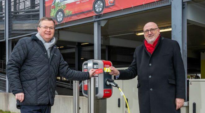 Foto: Matthä (ÖBB) und Fischer (SMATRICS) eröffnen E-Ladepunkte